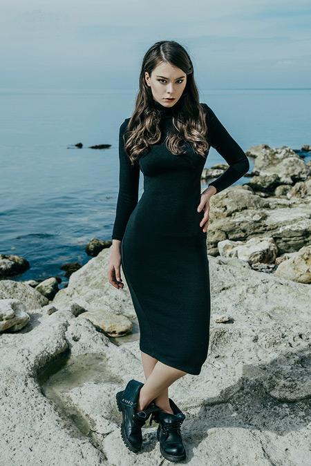 Девушка в черном платье-водолазке
