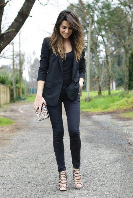 Девушка в черном жакете и брюках