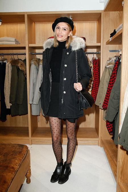 Девушка в черной куртке и берете