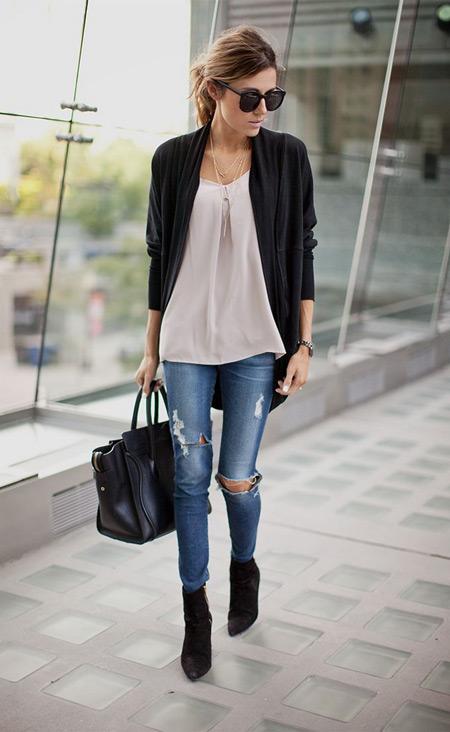 Девушка в черной куртке и голубых скинни