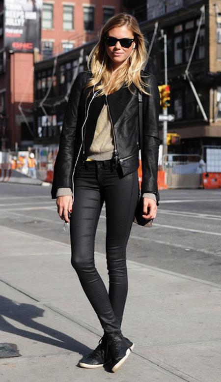 Девушка в черной куртке и скинни
