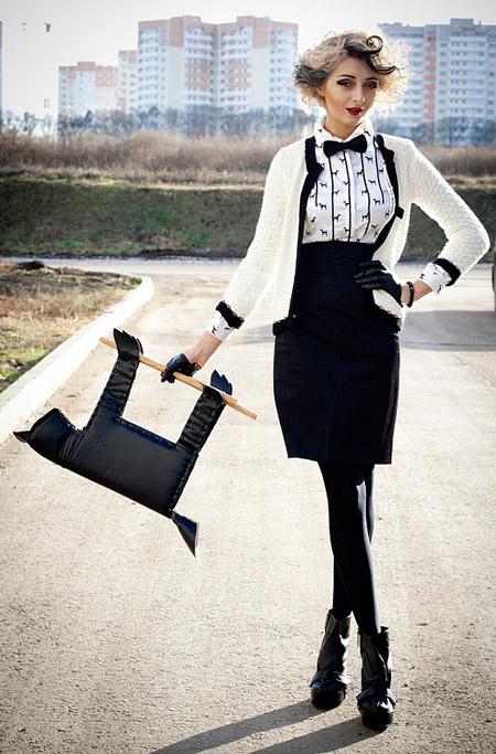 Девушка в черной юбке и белом кардигане