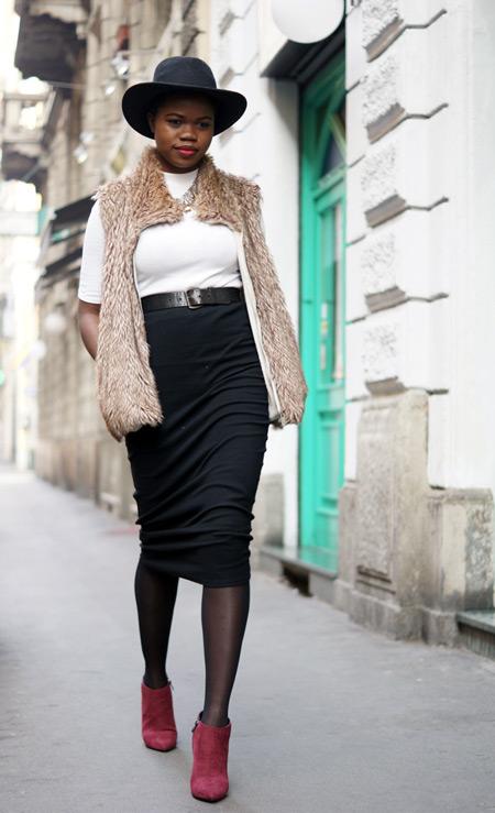 Девушка в черной юбке и белой водолазке