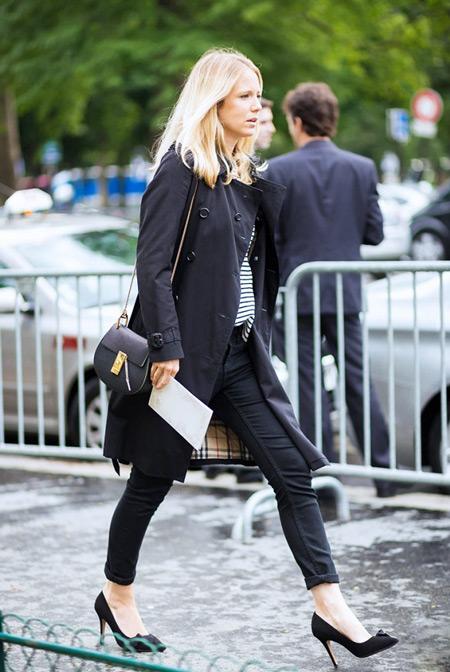 Девушка в черных брюках и черном плаще