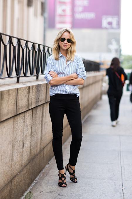 Девушка в черных брюках и голубой рубашке