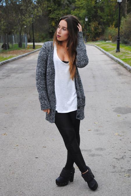 Девушка в черных брюках и сером кардигане