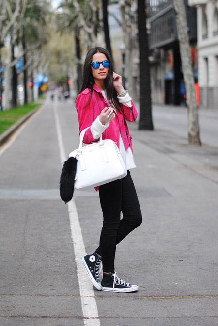 Девушка в черных узких брюках, белый свитер и розовая куртка, черно белые кеды