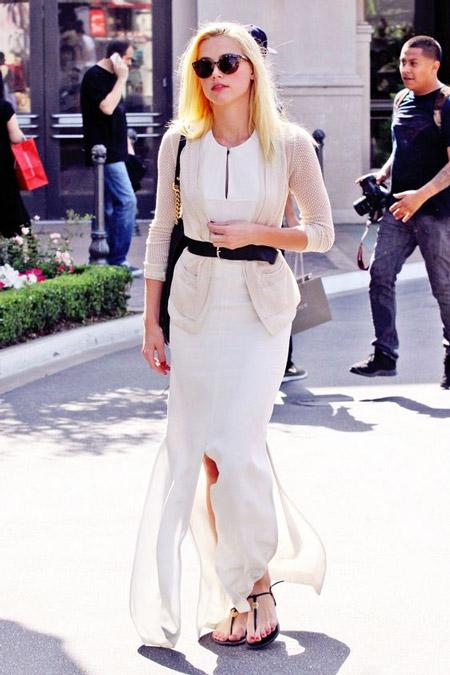 Девушка в длинном белом платье и кардигане