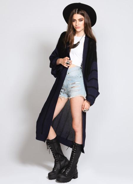 Девушка в длинном кардигане и шляпе