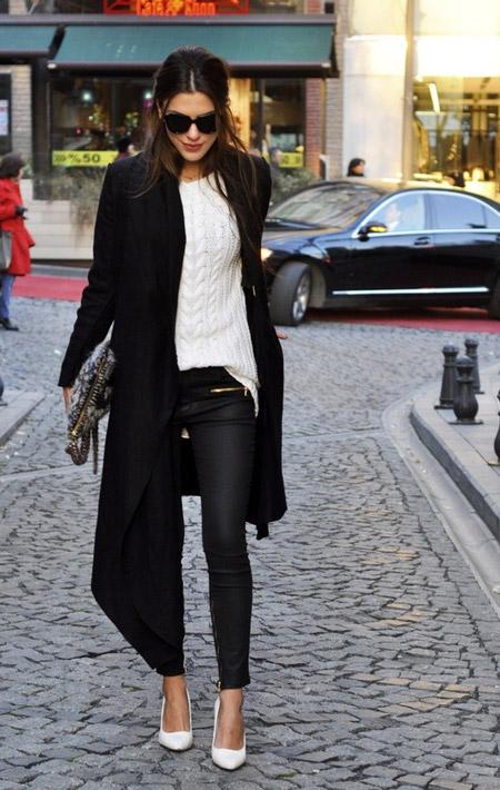 Девушка в длинном пальто и узких брюках
