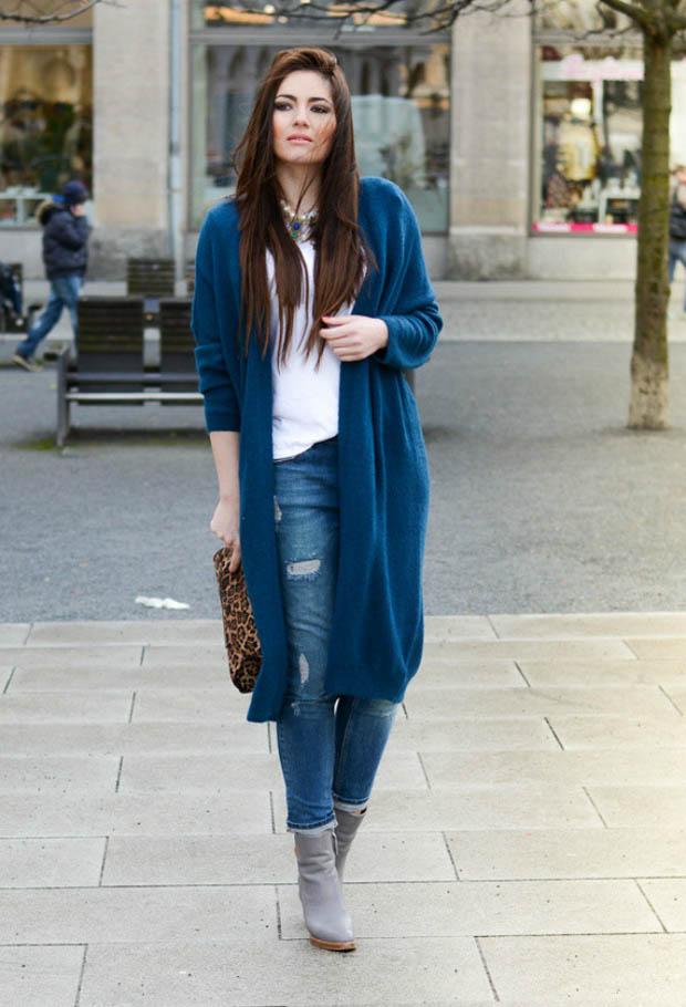 Девушка в длинном синем кардигане