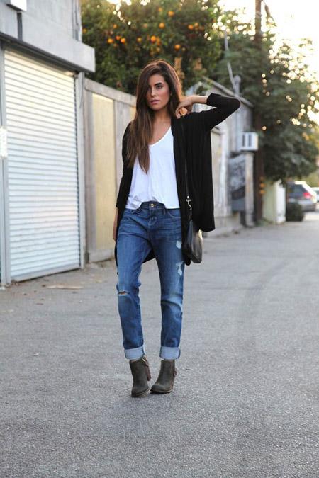 Девушка в джинсах и черном кардигане