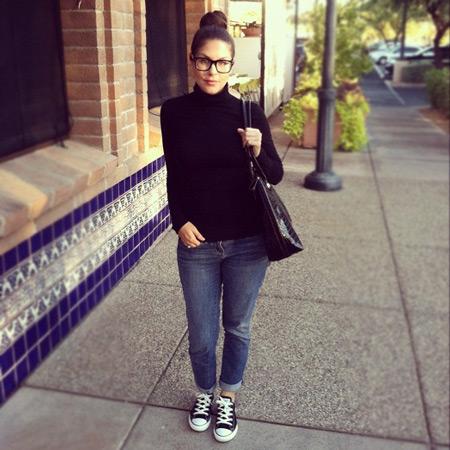 Девушка в джинсах и черной водолазке