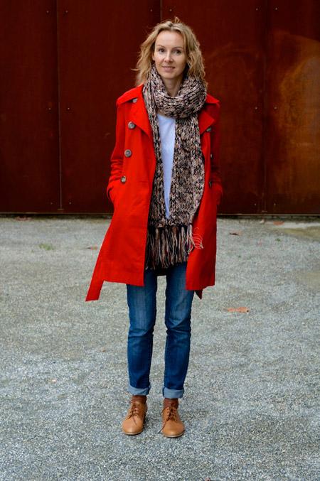 Девушка в джинсах и красном плаще