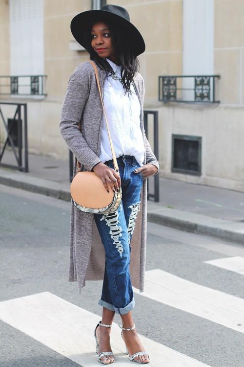 Девушка в джинсах и сером кардигане