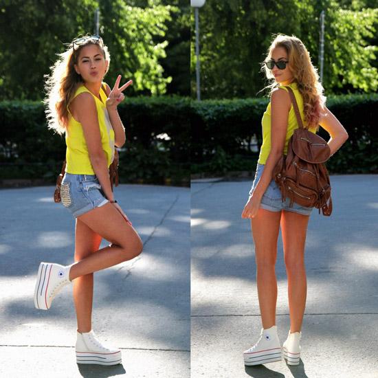 Девушка в джинсовх шортах и желтой блузке