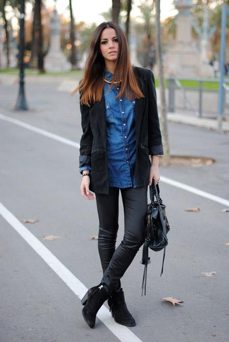 Девушка в джинсовой рубашке и узких брюках