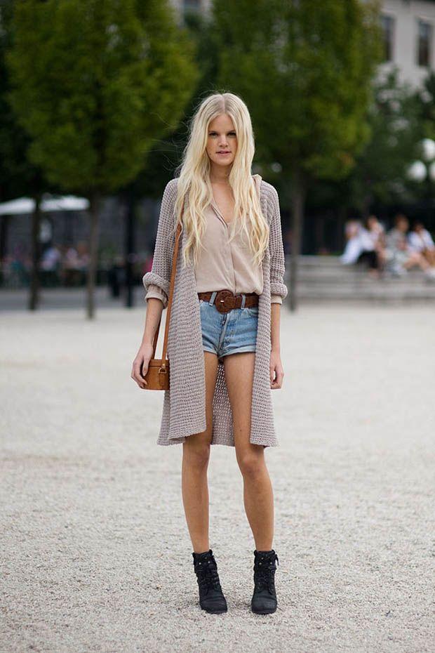 Девушка в джинсовых шортах и бежевом кардигане