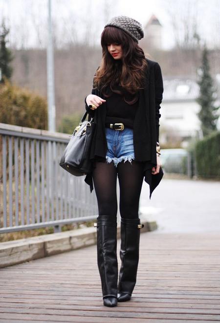 Девушка в джинсовых шортах и кардигане