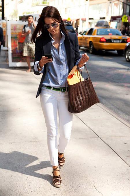 Девушка в голубой рубашке и брюках