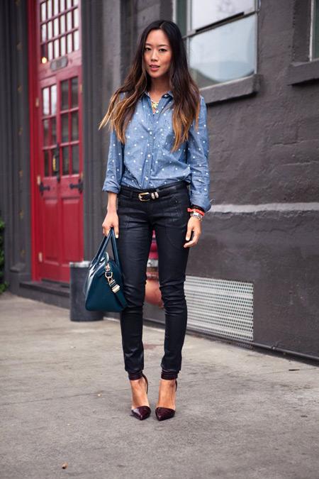 Девушка в голубой рубашке и лодочках