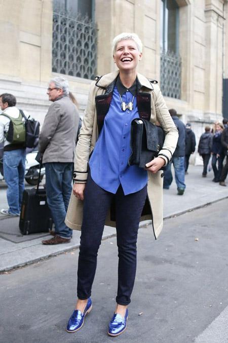 Девушка в голубой рубашке и узких брюках