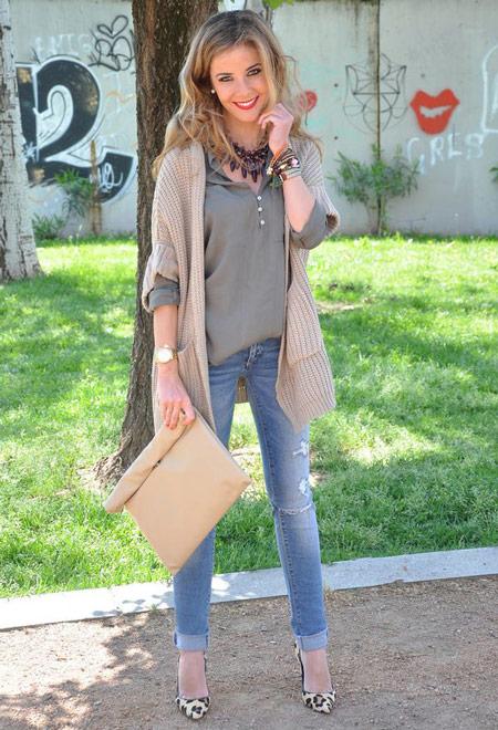 Девушка в голубых джинсах и кардигане