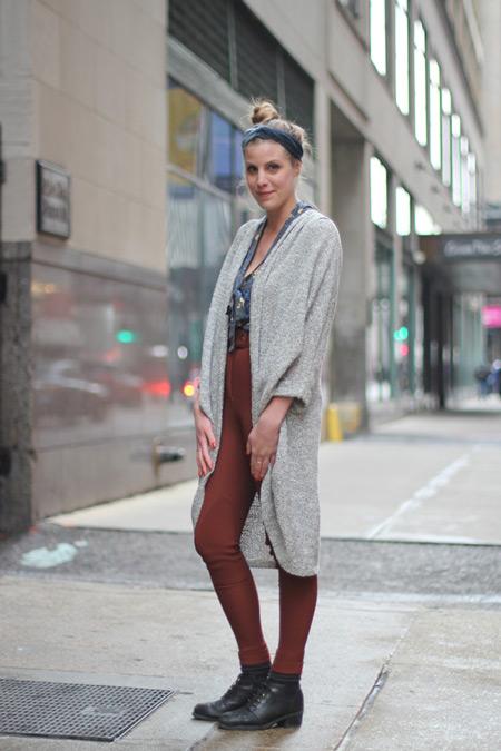 Девушка в горчичных брюках и сером кардигане