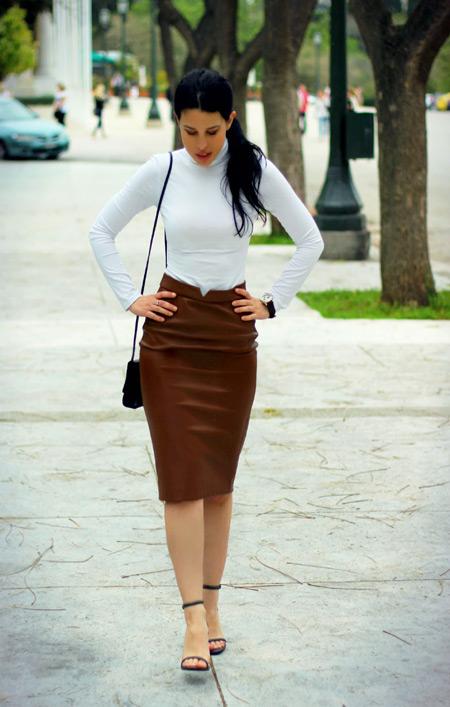 Девушка в коричневой юбке и белой водолазке