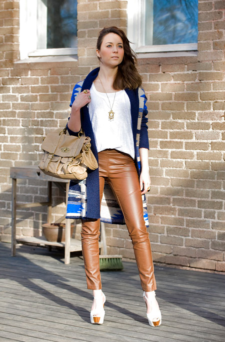 Девушка в коричневых кожаных брюках