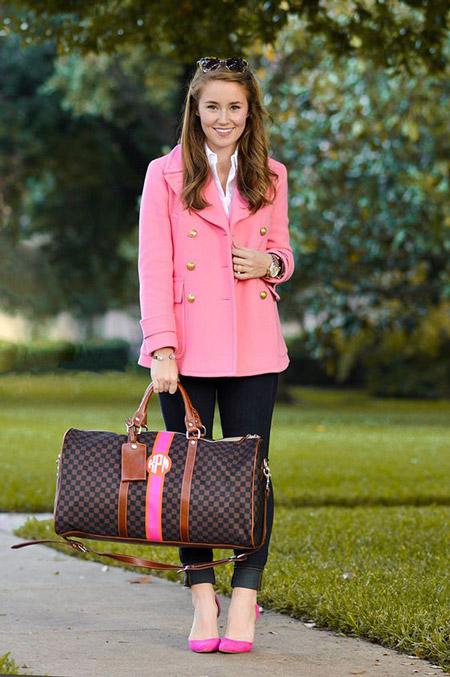 Девушка в коротком розовом пальто с золотыми пуговицами, темные джинсы и розовые туфли лодочки