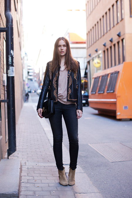 Девушка в косухе и узких брюках