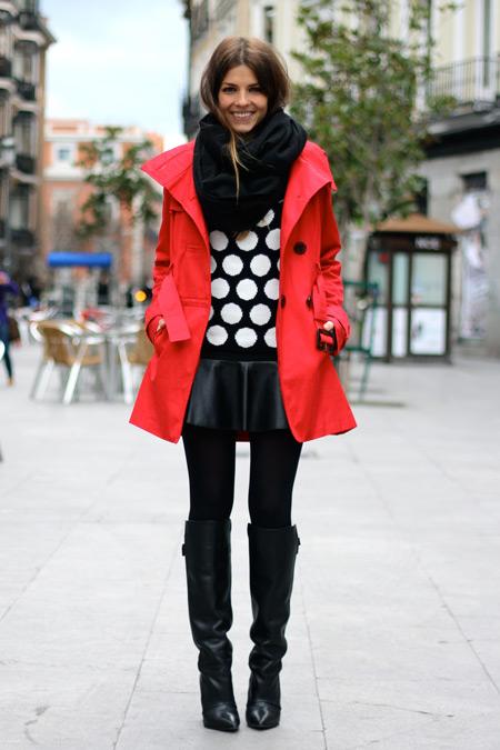 Девушка в кожаной юбке и красном плаще