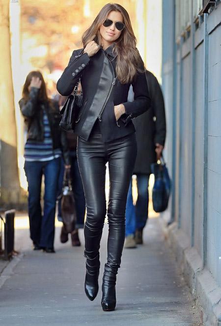 Девушка в кожаных брюках и куртке
