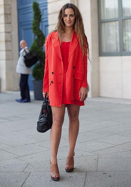 Девушка в красном платье и красном плаще