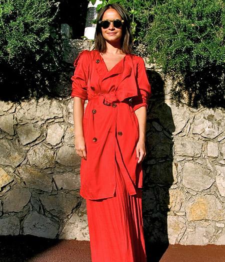 Девушка в красной юбке и красном плаще