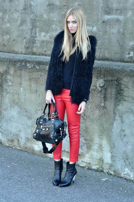 Девушка в красных брюках и шубе