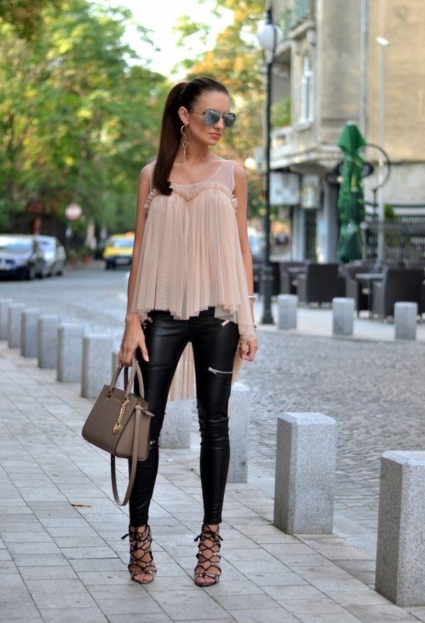 Девушка в легком топе и узких брюках