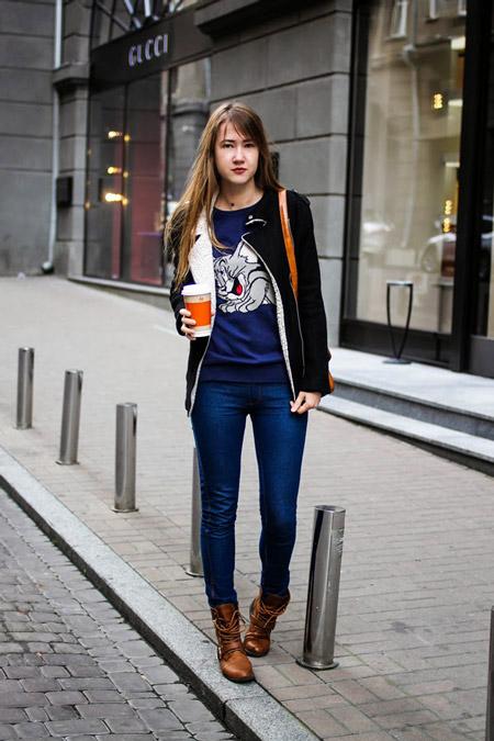 Девушка в мультяшном свитшоте
