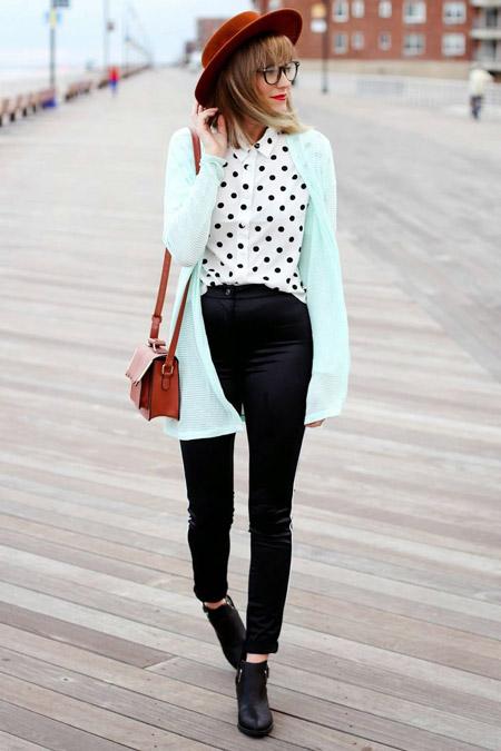 Девушка в мятном джемпере и узких брюках