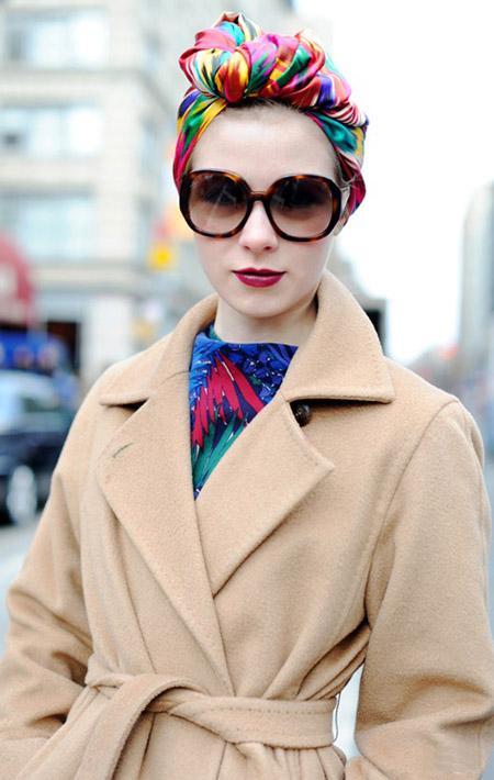 Девушка в палтке и очках