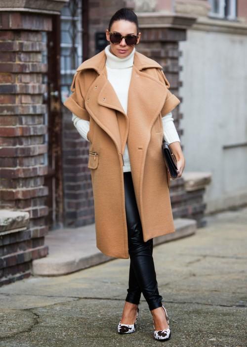 Девушка в пальто и белой водолазке