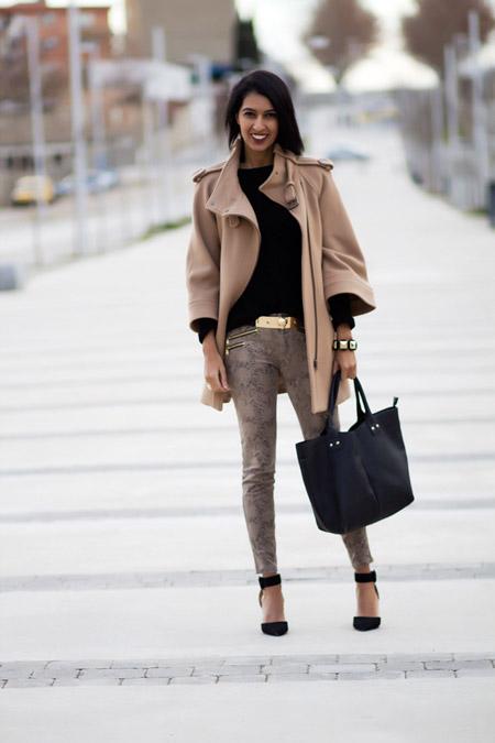 Девушка в песочном пальто и узких брюках