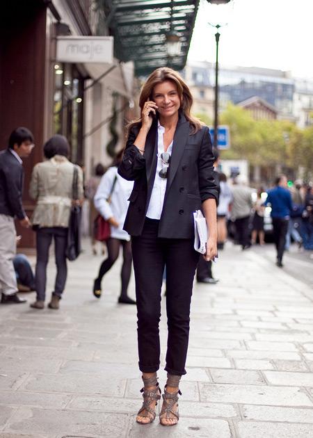 Девушка в пиджаке и узких брюках