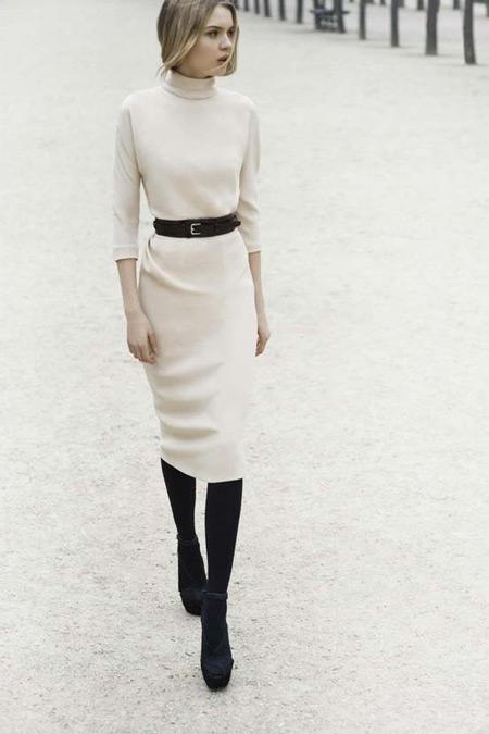 Девушка в платье с поясом
