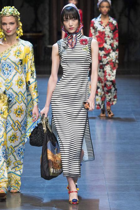 Девушка в полосатом платье и платке