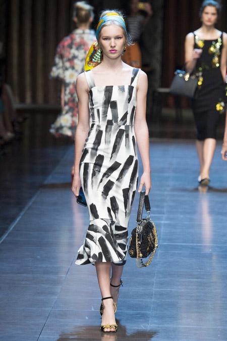 Девушка в приталенном платье с принтом мазками
