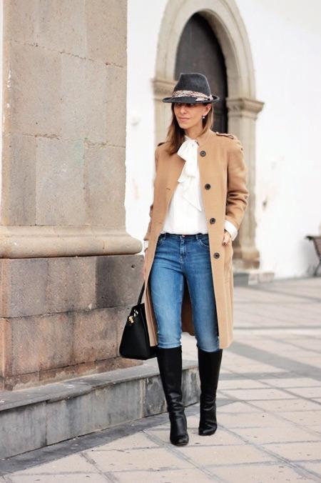 Девушка в прямом бежевом пальто