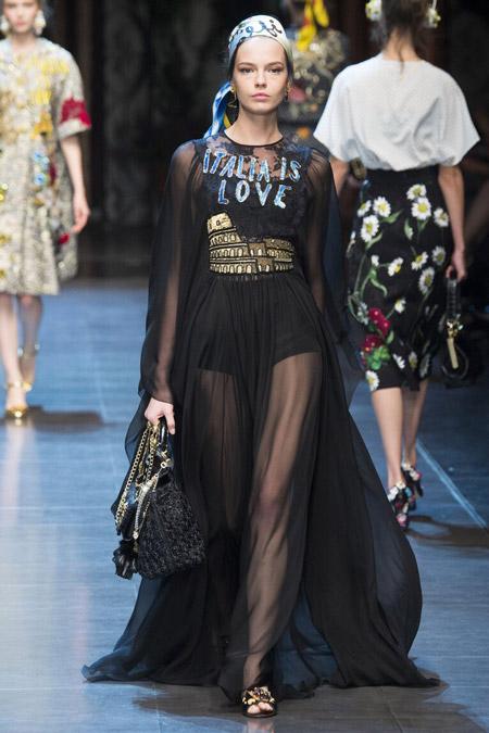 Девушка в роскошном черном платье