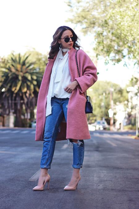 Девушка в розовом пальто, рванных джинсах и белой блузе, туфли бежевого цвета